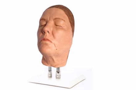 Niezwykle realistyczny model twarzy kobiety przeznaczony do nauki wykonywania iniekcji. Skóra wykonana jest z silikonu protetycznego utwardzonego platyną.